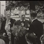 Foto 37. Mevrouw de Jong, Nico de Jong (met bloemen) en Kommer Kleijn op de rug.