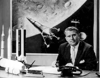 Werner von Braun aan bureau