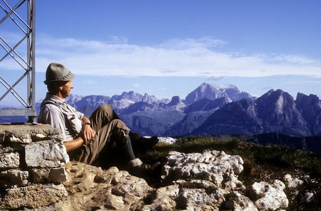 Léon Povel geniet van een weids berglandschap.