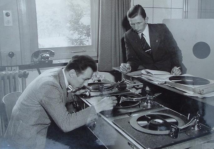 Léon Povel en een technicus.